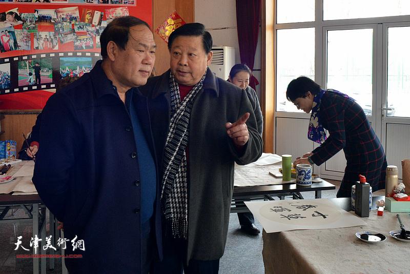 张云友、张民在联墨献爱心活动现场。