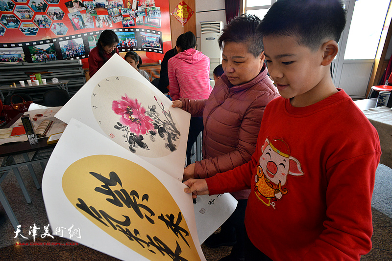 书画家们的作品深受sos儿童村的妈妈和孩子们的欢迎和喜爱。