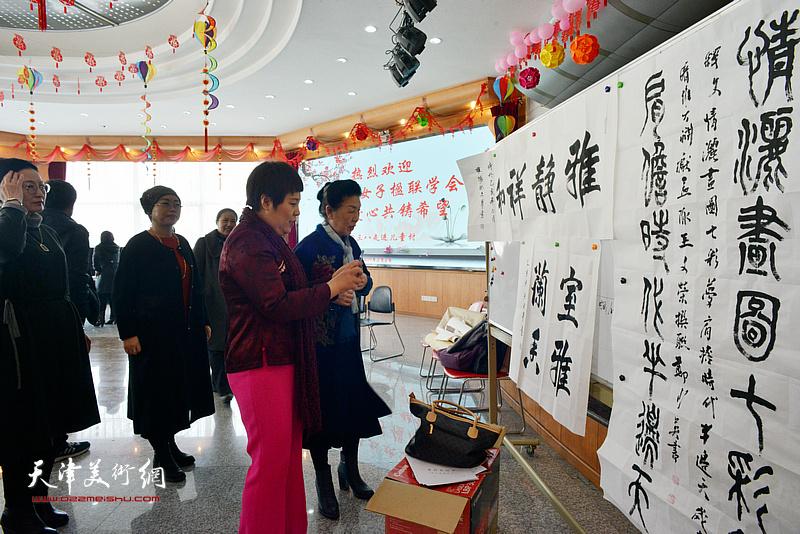 天津市女子楹联学会走进SOS儿童村开展联墨献爱心活动。