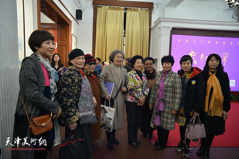 曹秀荣、梦玉、刘秀芝、张妤君、罗凌、李家红、乔美娟、张荷芝在画展现场。
