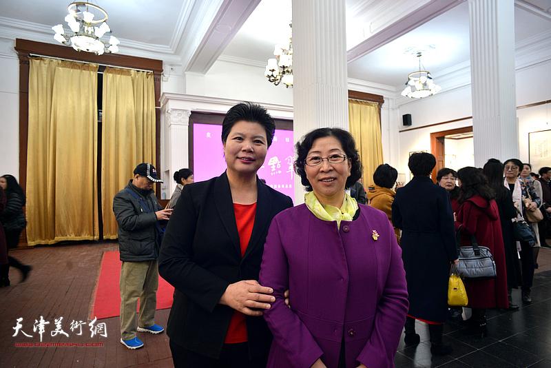 刘红、冯字锦在画展现场。