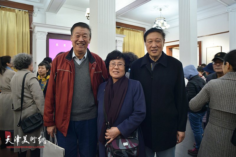 蔡淳伊、郝宝善、朱全胜在画展现场。