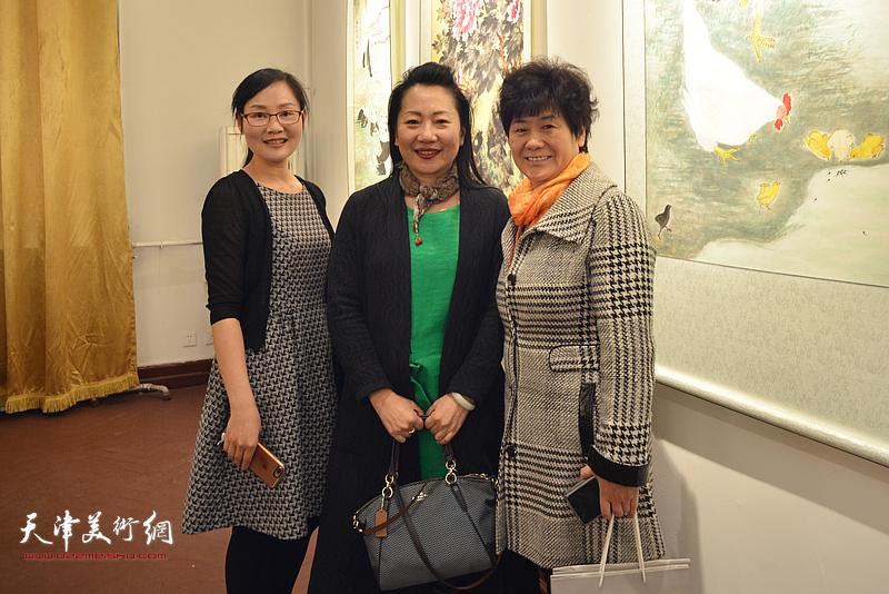 左起:苑向者、施惠灵、潘云紫在画展现场。