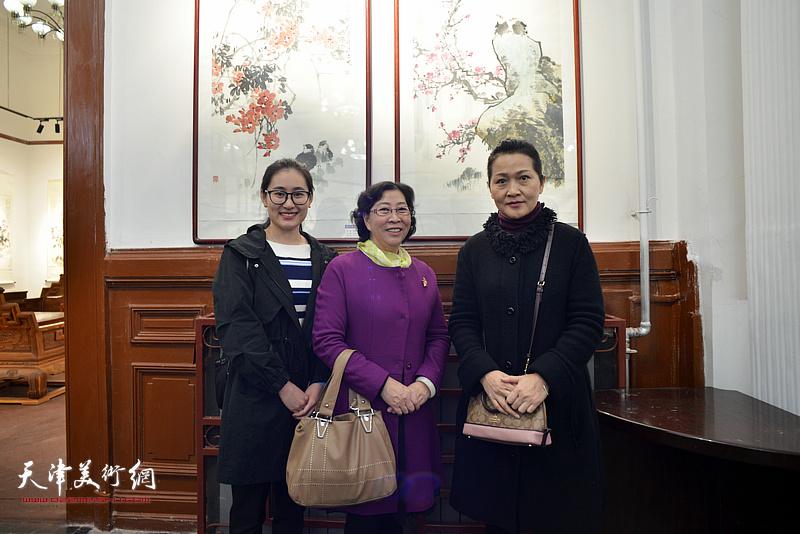 """津门""""牡丹张""""第三、第四代传人冯字锦、张静、张雅芳在画展现场。"""