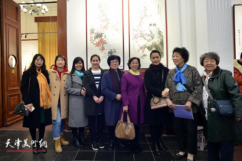 擅长画牡丹的女画家在画展现场。左起:乔美娟、李文、王洪春、张雅芳、蔡淳伊、冯字锦、张静、王桂兰、邢淑贞在画展现场。