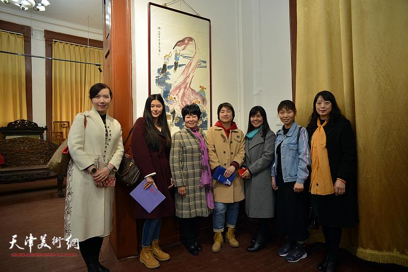 梦玉与天津女子画院的青年画家在画展现场。