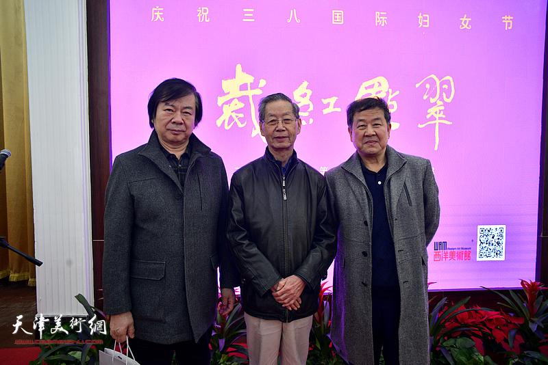 左起:史振岭、刘建华、王学书在画展现场。