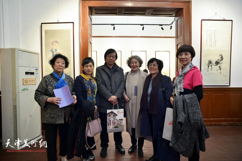 史振岭与部分参展女画家在画展现场。
