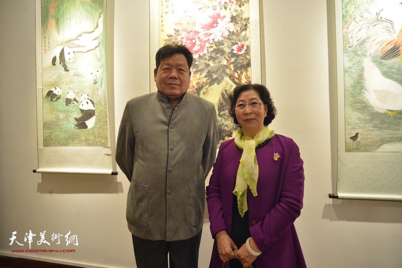 郭鸿春、冯字锦在画展现场。