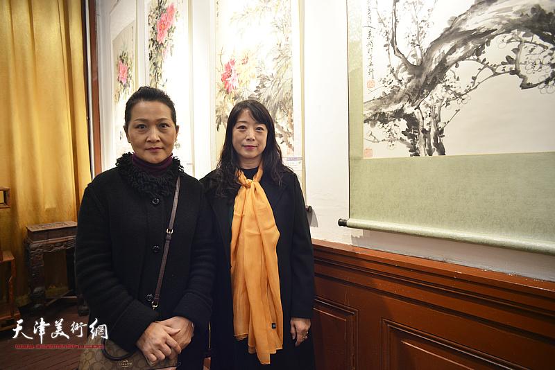 张静、乔美娟在画展现场。