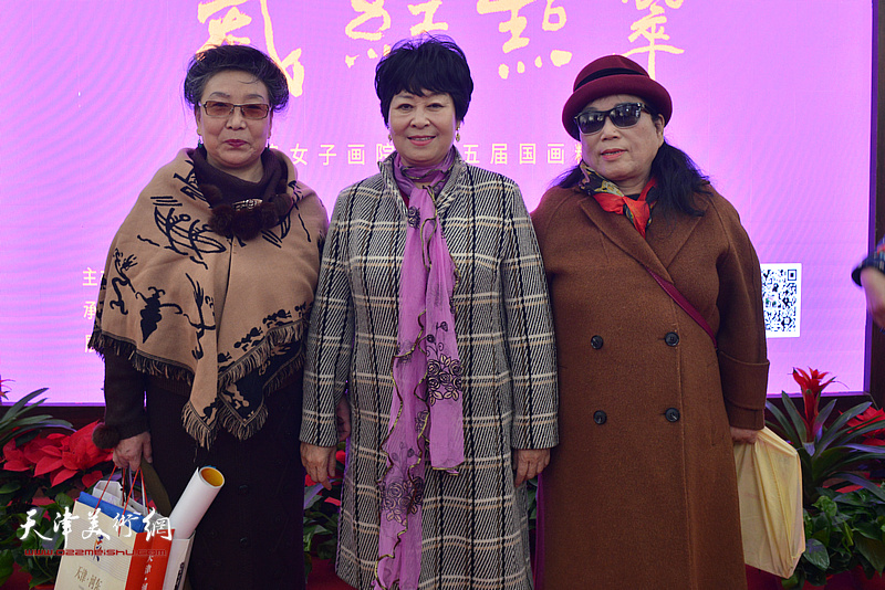 梦玉、罗凌、李家红在画展现场。