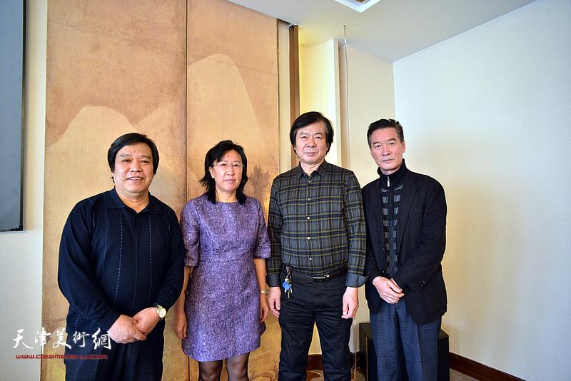 左起:李耀春、元林、史振岭、陈之海在书画展现场。