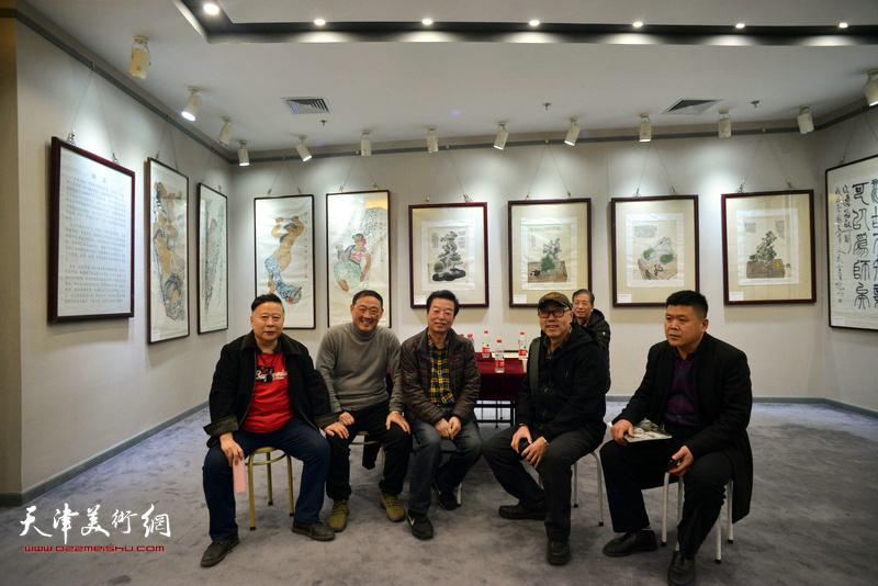吕大江、刘志君、高博、杨建国、赵承锐、周连起在书画展现场。