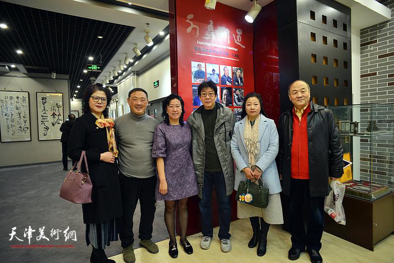 左起:刘莉、刘志君、元林、晏平、王霭馨、陈德生在书画展现场。