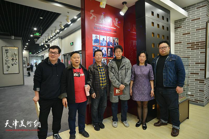 左起:孟凡博、吕大江、杨建国、晏平、元林、陈岳辉在书画展现场。