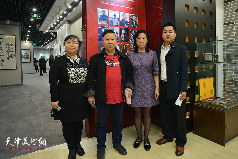吕大江、元林与嘉宾在书画展现场。