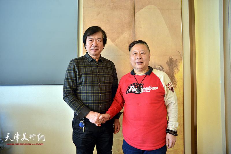 史振岭、吕大江在书画展现场。