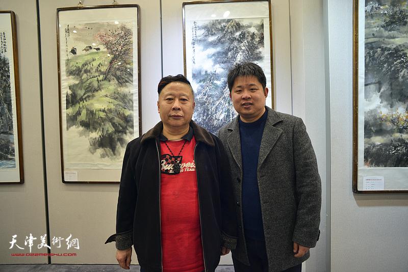 吕大江、郭智文在书画展现场。