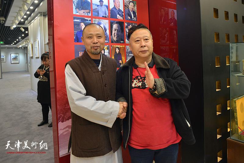 吕大江、演旭在书画展现场。