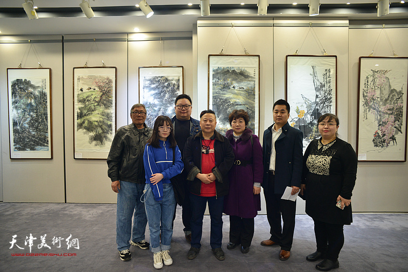 吕大江与弟子们在书画展现场。