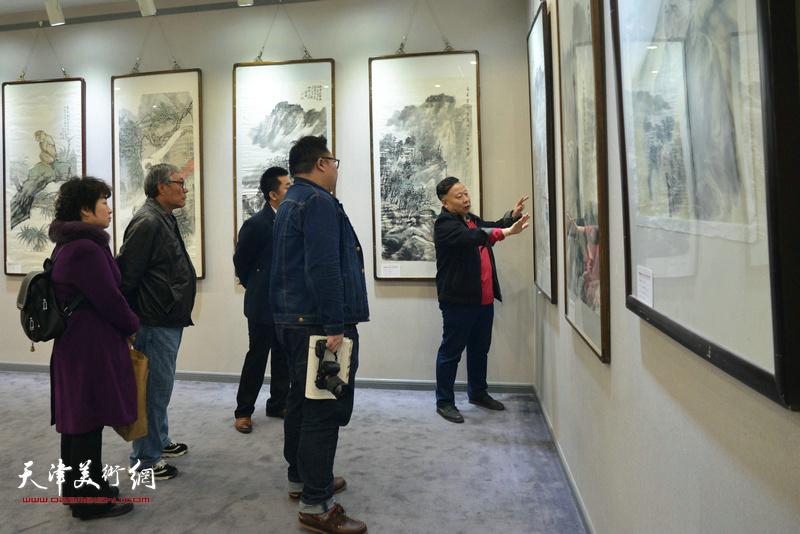 吕大江在书画展现场为嘉宾讲解画作。