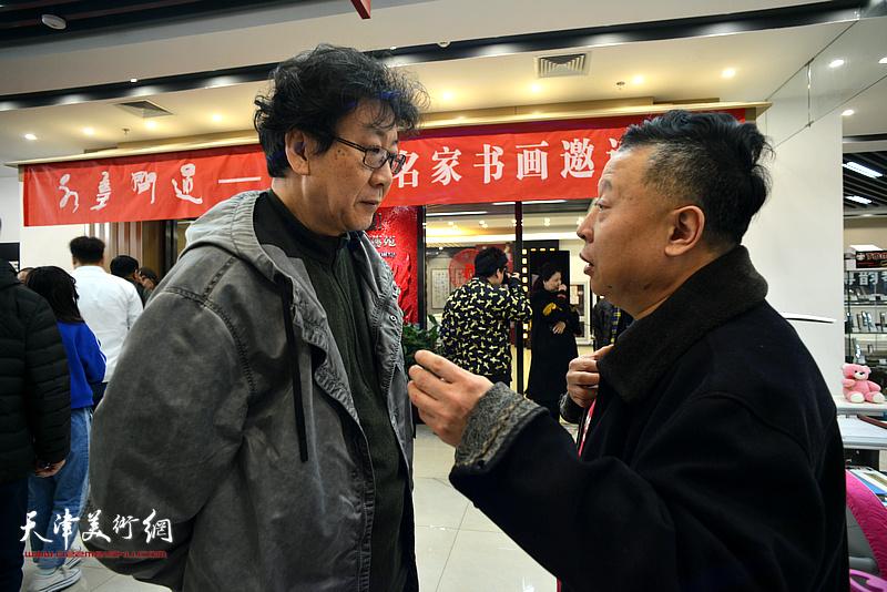 晏平、吕大江在书画展现场交流。