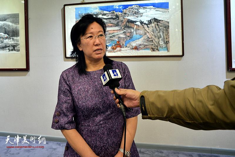 《华人艺术报》主编元林在书画展现场接受媒体采访。