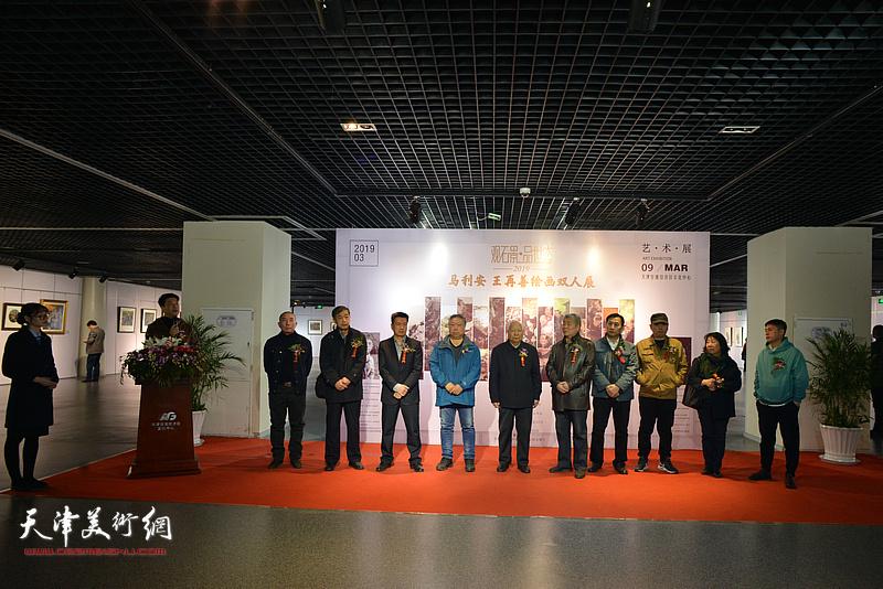 """""""观石景,品世态——马利安、王再善绘画双人展""""在天津空港经济区文化中心综合展厅开幕。"""