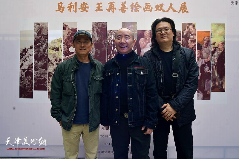 王再善与专程从新西兰赶回来参加画展的老同学朱彤在双人展现场。