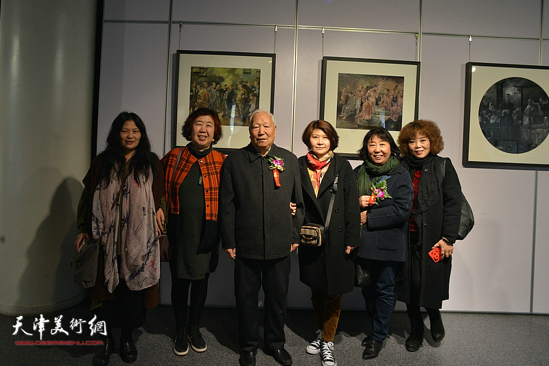 左起:孙乃宽夫人、李淑珍、焦俊华、杨葵、焦小红、赵新立在双人展现场。
