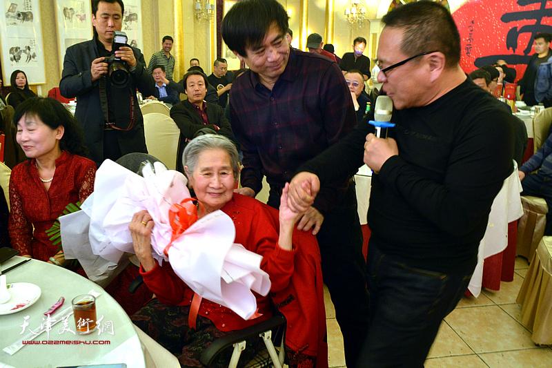 牛豹为高连荣老太太祝寿。