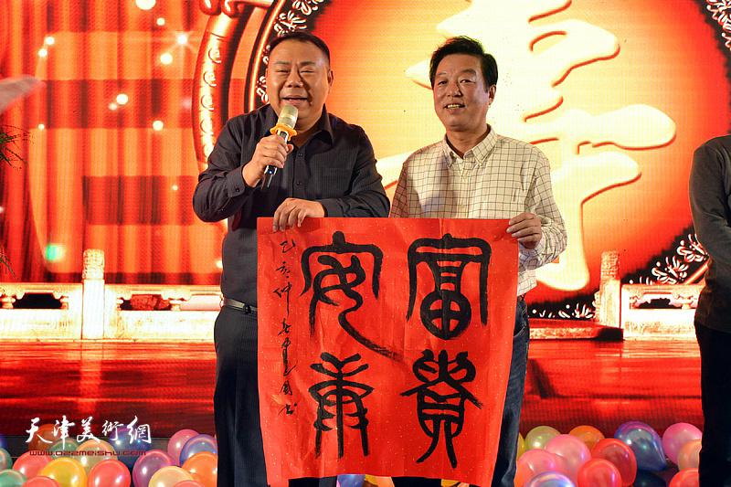 杨建国为高连荣老太太祝寿。