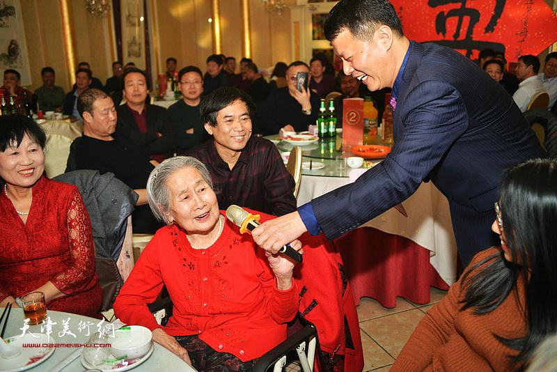 高连荣老太太向大家表示谢意。