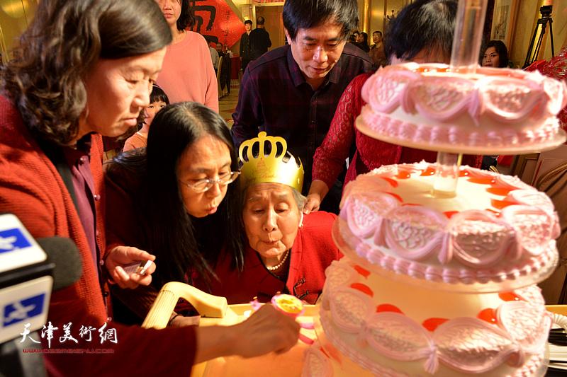 高连荣老太太吹生日蜡烛。