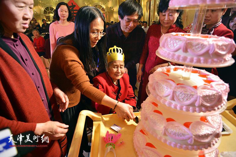 高连荣老太太切生日蛋糕。