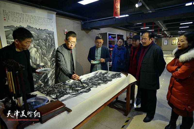 李毅峰在制作现场创作。