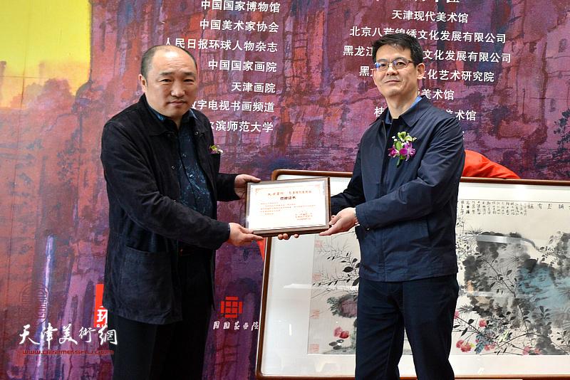 中共天津市委宣传部副部长杨君毅向卢禹舜颁发收藏证书。