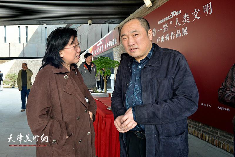 卢禹舜与元林在画展现场。