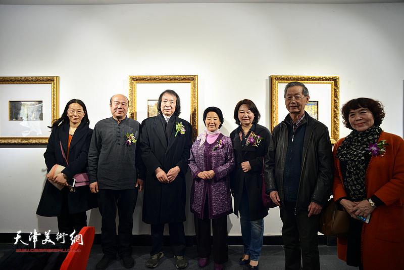 曹秀荣、刘建华、刘新华、孟庆占、史玉等在画展现场。