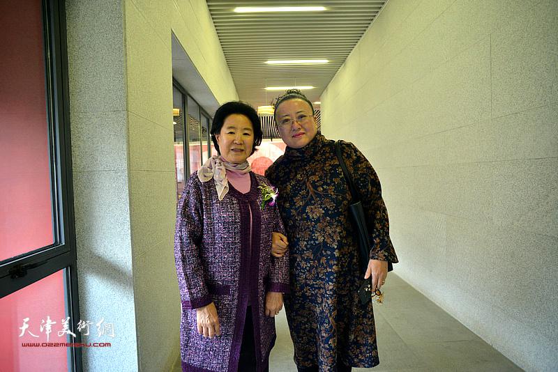 曹秀荣、曹铁娃在画展现场。