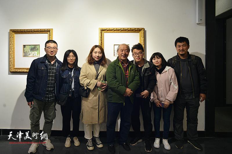 王书平与郝若含、胡珈尔等青年画家在画展现场。