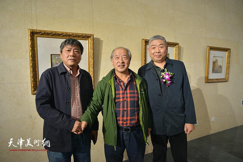 王书平与张运河、陈军在画展现场。