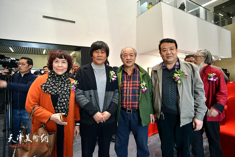 王书平与王卫平、高学年、史玉在画展现场。