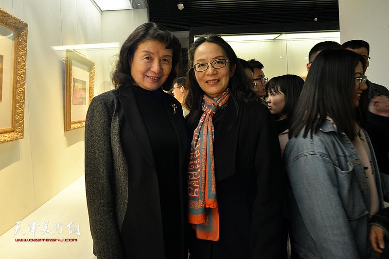 万镜明与卢永琇在画展现场。