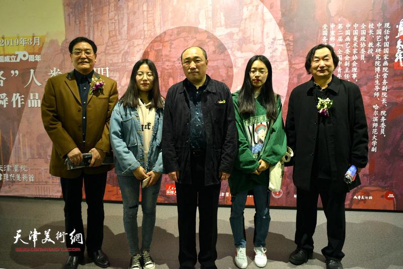 卢禹舜与韩石、贾建茂、林扬燕、安瑛梅在画展现场。