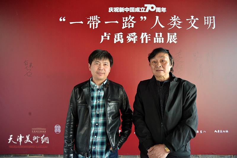 琚俊雄、陈志峰在画展现场。