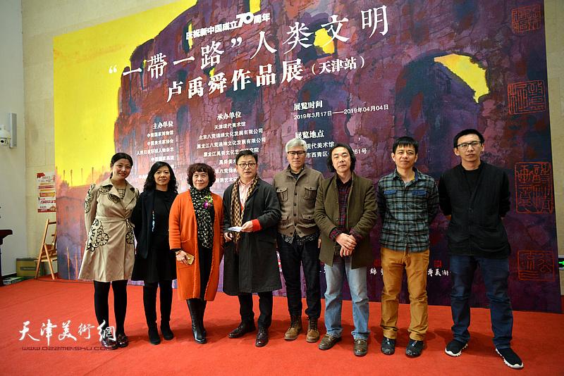 史玉、孙飞、樊杰颖、尹燕杰、张海涛、李洁等在画展现场。
