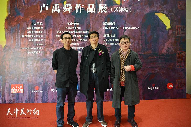 李旭飞、孙飞、尹燕杰在画展现场。
