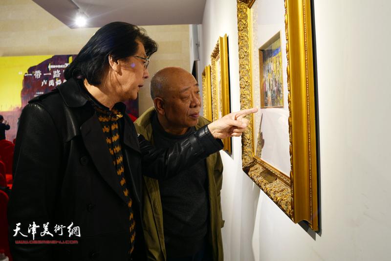 郑连群、马俊卿在画展现场观看作品。