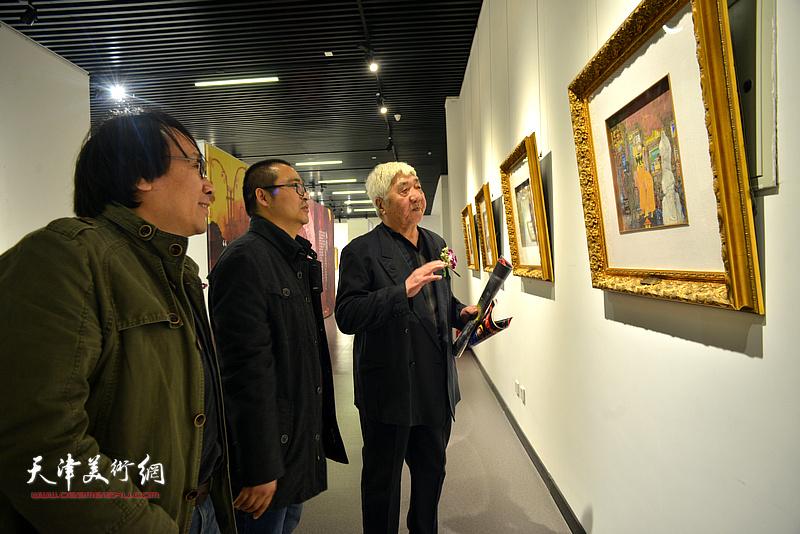 孙伯涛、张晓彦、颜萌在画展现场观看作品。